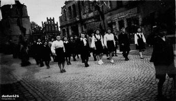 Zerstörte Nikolai-Kirche und Markt am 9. Mai 1947