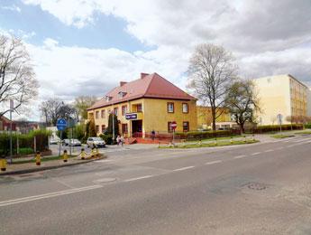 Ein Gebäude, das im Jahre 1937 gebaut wurde. Hier wohnten Familien der Offiziere, die mit Festungspionierstab 7 aus Küstrin/O. versetzt wurden. Heute Postamt.