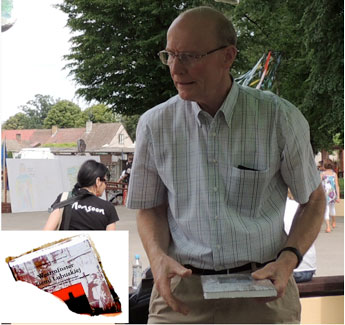 Ernst Schilling signiert sein ins Polnische übersetztes Buch