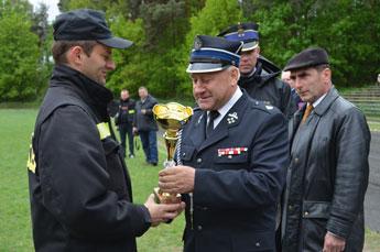 Bürgermeister Michal Deptusch ehrt die Sieger
