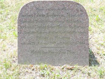 Rochus Edwin  v. Manteuffel vor der Kirche, Topper