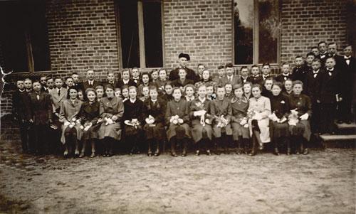 """Unsere Leserin Herta Maaß aus Bergkamen sandte uns zur Veröffentlichung im Heimatbrief zwei Fotoabzüge zu. Das erste Bild ist eine Gruppenaufnahme der Konfirmanden in Kriescht 1941. Frau Maaß schreibt über das zweite Bild, """"es ist ein Foto vom Schulausflug in den Spreewald nach Lübbenau mit Klassenlehrer Arendholz. Es müßte 1936 oder 1937 gewesen sein. Wer den Ausflug von Kriescht in den Spreewald mitgemacht hat, wir sich sicher darauf erkennen, ebenfalls die Konfirmanden (siehe 1. Bild )""""."""