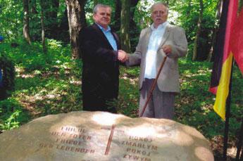 Handschlag zwischen Herrn Oleszkiewic als Bürgermeister von Lagow und Herrn Sommer als Vertreter der Gruppe Lagow im Heimatkreis Oststernberg e.V.