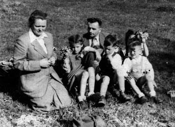 Ein Frühlingstag im Jahr 1949 (?). Hinten: Fritz Praetsch, rechts verdeckt: Ingrid Rabe. Vorne v.l.: Edith Rabe, Karin Quast, Egon Rabe, Ulrich Quast