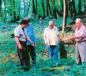 Mitglieder der Arbeitsgruppe auf dem Friedhof (v.l.) die Herren Gusowski, Bernaczek, Sommer und Gloaowskil