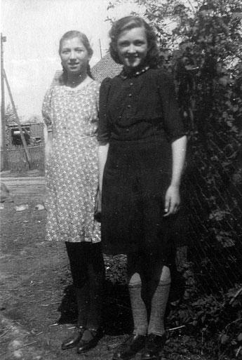 Ingeborg Kretschmer geb. Kramm (r.) und Freundin Christel Steinicke geb. Zebe (l.) 1942/43?