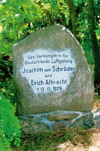 """Bei Wustrau, in der Nähe von Neuruppin, steht an der Straße nach Treskow, ein Findling mit der Aufschrift: """"Den Vorkämpfern für Deutschlands Luftgeltung Joachim von Schröder und Erich Albrecht † 19.12.1929"""""""