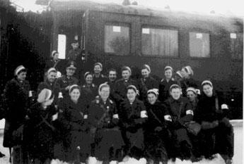 Bild 2 vor dem Einsatzzug mit ihren Kameradinnen für die  6. Armee (General Paulus, Stalingrad) in Dubno (Ukraine)