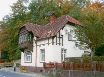 Ich selbst habe hier für das alte Haus in der Ringstraße und das Neue in der Spiegelbergerstraße fotografiert. Das neue Haus wird heute noch als Ärztehaus genutzt.