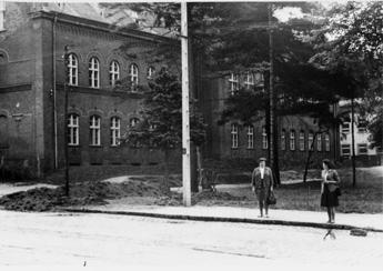 Tippmer Foto 1: Unsere Volksschule. Vor der Schule Elfriede Kaiser und Margot Gerlach