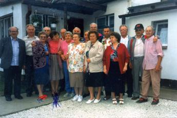Tippmer Foto 3: Das war immer unser Treffen bei Anna und Henry, mit dem Kreuz, das bin ich, Margot Gerlach. Mit den roten Schuhen ist Erna Frost. Sie hatte einen Bungalow in ihrem Garten auf der Siedlung bauen können und da haben wir viele schöne Stunden auf der Siedlung verbracht. Ganz rechts auf dem Bild ist der Henry.